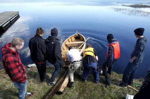 Efter två års arbete var det i går dags att sjösätta den flatbottnade ekan som IV-eleverna på Polhemsskolan byggt från grunden.