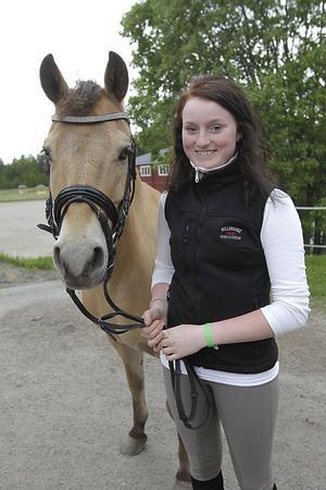 Isabelle Hällberg firade sin 15-årsdag med att bli tvåa i kürfinalen för C-ponnyer.