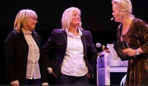 Så såg det ut då. Året var 2010 och Åre Chokladfabrik fick priset som Årets Entreprenör. Eva-Lena Grape och Marie Söderhielm tar emot priset av Sissela Kyle.