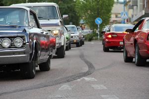 En karavan av stora och små, eleganta och fräcka bilar och en och annan motorcykel körde genom centrala Edsbyn på onsdagskvällen.
