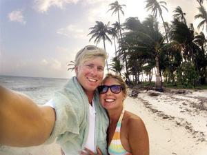 Eiliv Hägg och Emilie Edvinsson på en av paradisöarna i San Blas arkipelagen utanför Panama i Centralamerika.