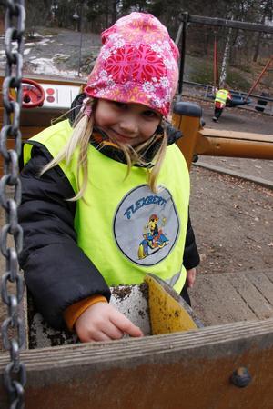 Sally Messing, 3 år, gillar gungorna bäst på Djäknebergets lekpark.