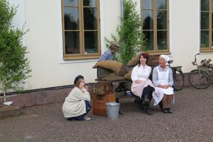Andres Modigs barn är med i uppsättningen där vi också ser Sara Carlsson och Torsåkers-veteranen Siv Larsson som mejerinnan Alma Lindberg.