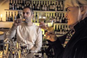På vår foodie-tur får vi testa flera spännande tjeckiska viner på den smått hemliga vinbaren Bokovka.