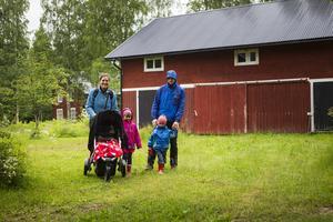 Ime Dries och Pieter Godderis turistar i Fågelsjö med barnen Lie, Rob och Lore. Efter en natt på vandrarhemmet är det dags att besöka världsarvsgården.