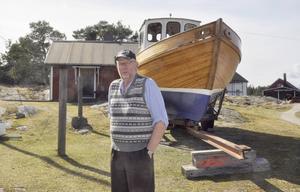 Båten är klar för sjösättning. Gert och sonen Henrik har målat på ny bottenfärg inför årets säsong.