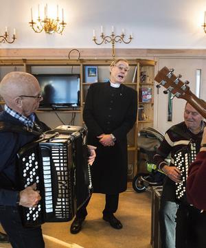 Prästen Ulf Johansson passade på att stämma in i sången. På dragspel Göran Åsell och Tore Rudberg.