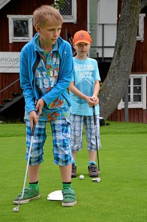 Koncentration. Joel Ullerud och David Bäckström tränar på att putta.