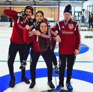 Moa Halvarsson, Mathias Söderlund, Adam Björns och Lina Bergström vann skol-DM i curling.
