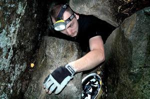 VÄN MED BERGET. Grottorna på Midskogsberget är inget för den med mörkerrädsla eller klaustrofobi. De första metrarna hjälper dagsljuset till, sedan är det mörkret och berget som omsluter dig. Anders Pettersson från Matforsklubben Expedition Altitud har precis tagit sig igenom Drömgrottans smalaste passage. När en icke dokumenterad del för ett par veckor sedan kontrollmättes stod det klart att grottan är länets längsta med sina 185 meter. Foto: Anna Quayle
