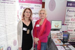 Annelie Boström och Ewa Röjestål balanserar kundernas energier genom en kroppsbehandling som kallas auratransformation.