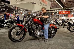 En nyfiken besökare provar Yamaha XVS 1300 Custom.Foto: Adam Ihse/TT