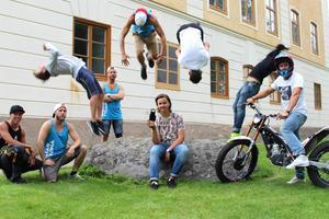 Emil Larsson, 16 år från Sandviken, har i år haft som sommarjobb att filma Youtube-kändisarna Rackartygarnas sommarturné. Allt Emil kan om film och redigerning har han lärt sig själv.