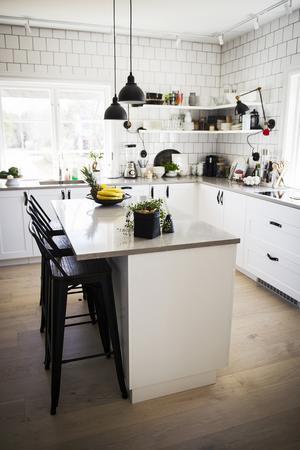 Köket är öppet och ljust med en rejäl köksö i mitten av rummet.