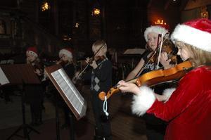 Ministråkarna, musikskolans yngsta violinister bjöd bland annat på Stilla natt.