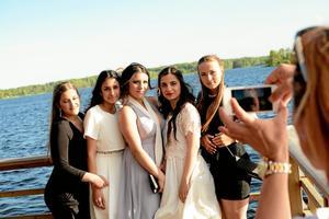 Förevigade examensdagen. Erika Shabani, Ninve Shaba, Hanna Ismail, Hawar Eliassi och Antonia Domluvil ställde upp för fotografering tillsammans på Kyrkbryggan.
