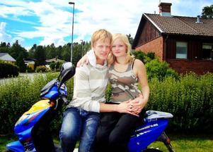 De 80 milen på moped mellan Åsarna och Gislaved var inte alltid så bekväma. Men det var värt all möda tycker Hédinn Smárason som för första gången fått träffa flickvännen Emma Andersson. Foto: Privat