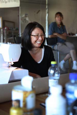 Angelica Chio från Berlin blev lycklig när hon hittade en symaskin i lokalen och kunde gå vidare på sitt projekt om blå jeans och vattenföroreningar.