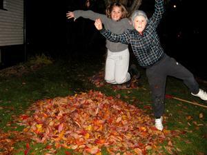 Hoppa högt och landa mjukt och färgglatt!Barnbarnen Elin o Kevin har roligt i höstlöven.