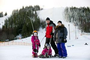 Maria Karlsson och Anders Olofsson med sina döttrar Thea och Ebba trivs i Säfsen. De är här för tredje gången.