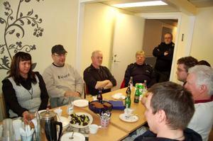 Poliserna i Hede var nöjda med renoveringen av deras lokaler och bjöd hantverkarna och kommunen på fika.  Foto: Carin Selldén
