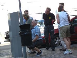 Vi är många som ställer oss undrande och förvirrade inför de nyinrättade parkeringsautomaterna i Västerås. Här engagerar sig parkeringsvakten i egen hög person för att rädda allmänheten ur dess nöd.