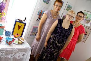 Bia Eriksson, Lina Enros Kardell och Lena Lindh är mycket nöjda med årets utställning som - trots det dåliga vädret - ändå lockat rekordmånga besökare till den lilla badorten.