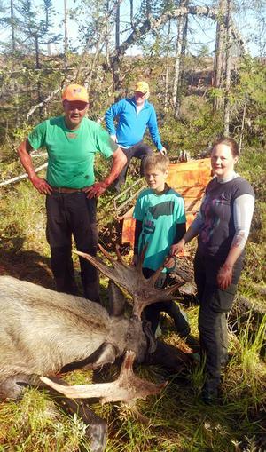 Tre generationer älgjägare. Karl-Åke Eriksson, Felix Johansson och Jonna Eriksson.