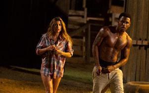 "Tania Raymondei och Tremaine ""Trey Songz"" Neverson fly undan Leatherface. Foto: Justin Lubin/Lionsgate/AP/Scanpix"