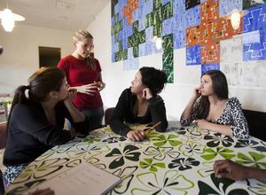 EFTERLÄNGTAD. Farija Ajasar, Alexandra Hjorth-Faltin och Nadin Yousef tycker att det har blivit ett lyft sedan                                  Tina-Maria Hedqvist började jobba på Stenebergsskolan.