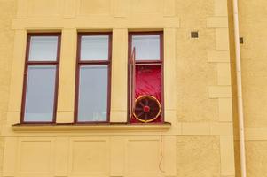 En fläkt i köksfönstret avslöjar att man sänker trycket i lägenheten.