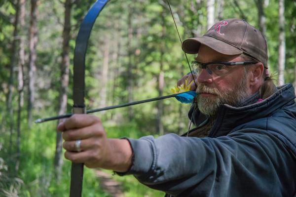 Mats Woxmark har jobbat som brandman tidigare men ägnar idag all tid åt hästar och bågskytte.