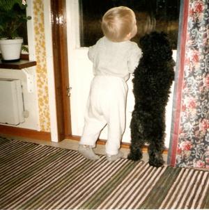 Mitt barnbarn Andreas och min systers hund Kasper tittar på samma sak