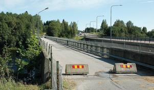 Den gamla gångbron över Ljungan i Njurunda kommer att rivas om gång- och cykeltrafik flyttas över till gamla E4 (höger i bild).