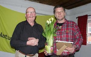Lasse Nilsson (t h) i Projekt Pilgrimsfalk uppvaktades av Naturskyddsföreningens länsordförande Anders Munters.