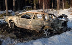 Den dikeskörda bilen blev totalt utbränd natten till i går.Foto: Nils-Olof Engberg