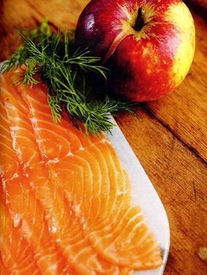 Gör alltid gravlax på fisk som varit fryst i minst tre dagar, då blir den riktigt hälsosam att äta fast den är rå.