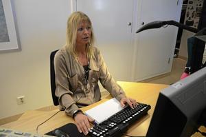 Svarar vänligt. Eva Eriksson trivs i växeln efter 24 år.