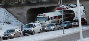 Det bildades en lång kö på riksväg 68 från rondellen vid Arena under viadukten och vidare i höjd med Ica Fontänen.