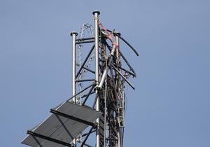 Den trasiga 332 meter långa tv- och radiomasten Häglaredsmasten i Borås. De översta 200 meterna av masten rasade efter sabotagte.