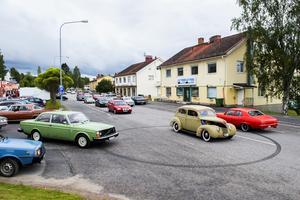 Gatorna i Ramsel var fyllda av alla bilar av alla möjliga modeller.