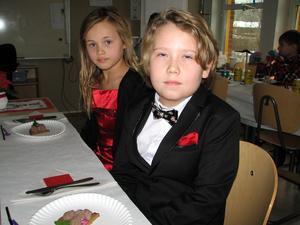 Enya Winberg och Loke Gräsberg och  år 2, vid sittningen på Bjurhovdaskolan.