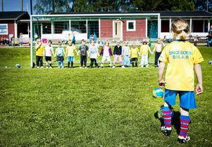 Att göra mål med tolv defensiva målvakter på plats är en tuff utmaning. Femåriga Agnie Persson i Griggesund tar sats och lyckas med det nästan omöjliga.