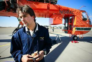 Jörg Wiedenhofer från Italien flög i går med helikoptern från Borlänge där den hade mellanlandat. Han flyger mest med helikoptern för att släcka bränder i Grekland.  – De är alla anlagda, säger han och berättar om ett system för att komma åt land.