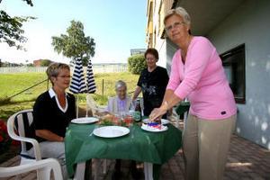 Personalen förbereder för surströmmings ätandet så allt är klart när pensionärerna kommer. Från vänster Monica Lindström, besökaren Solveig Bergström, Ruth Bjurström och Karin Sjöström.