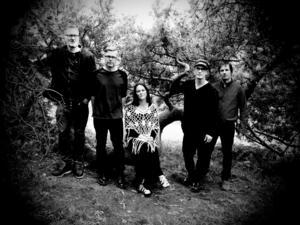 Garmarna består av Emma Härdelin på sång och fiol, Stefan Brisland- Ferner på fiol, vevlira och samplers, Jens Höglin på trummor och slagverk, Gotte Ringqvist på gitarr, fiol och sång och Rickard Westman på gitarr och elbas.