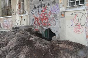 Trots tillträdesförbud och varningar om farorna finns det personer som till varje pris vill smita in i den förfallna byggnaden.