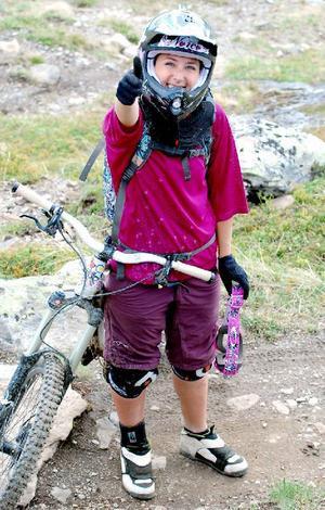 Kanadensiskan Darcy Turenne lär ut dowhillcykling.