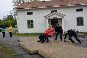 En del av scenen är rörlig. Jan-Erik Arvidsson och regissör Iso Porovic knuffar Annie Goebel och Aud Stölsnes framåt på rälsen.