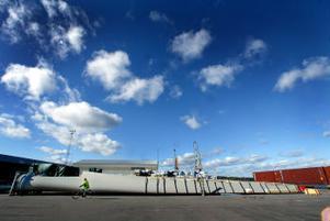 En av tolv lossade vindkraftsvingar i Tunadalshamnen.